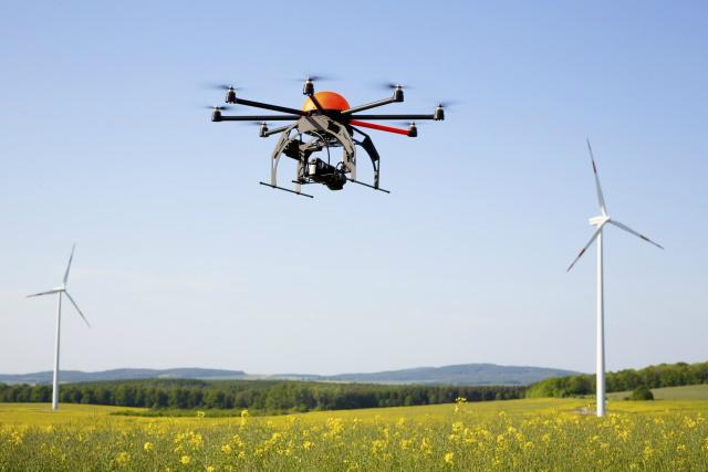 Dron realizando vuelo de reconocimiento