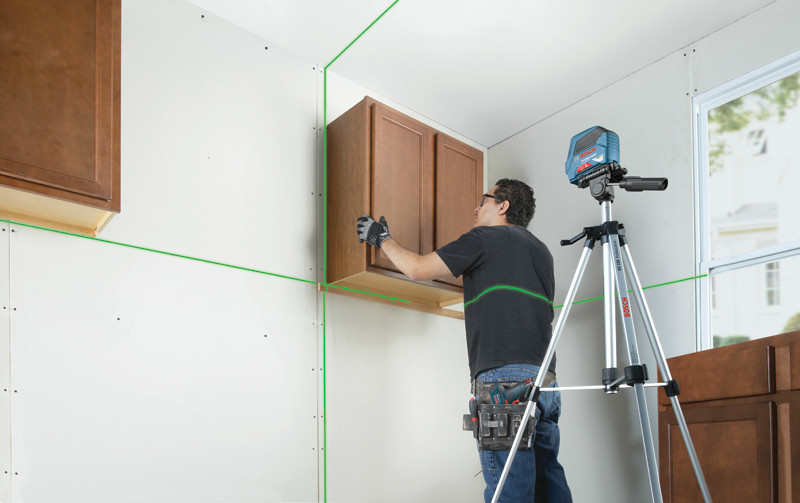 Instalación de muebles con nivel láser lineas verde