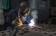 ¿Qué debe tener una mesa para soldadura y qué elementos de sujeción se utilizan para soldar?