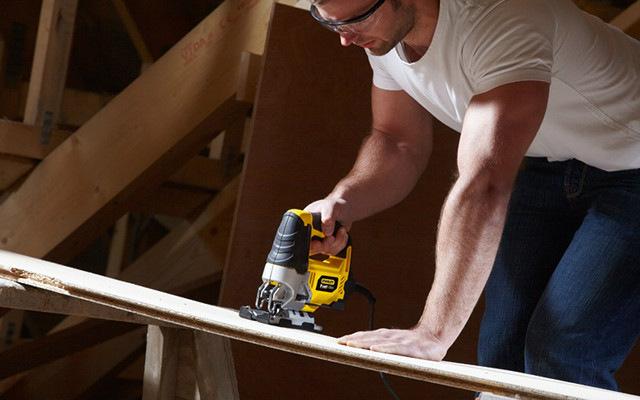 ¿Qué cuidados y recomendaciones de seguridad hay que seguir para el uso de la caladora?