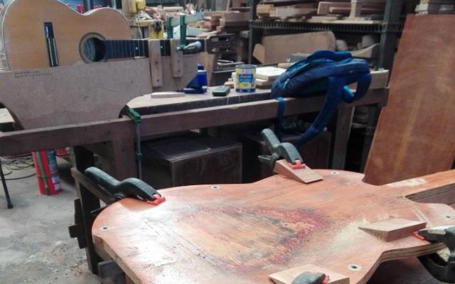 Colocación de guitarra para reparar