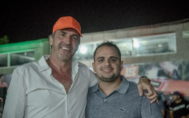 Ricardo Martinoglio junto a sus clientes - Lusqtoff