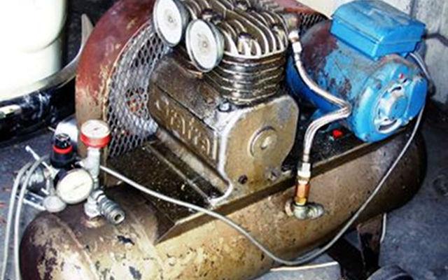 Compresor de aire en malas condiciones de mantenimiento.