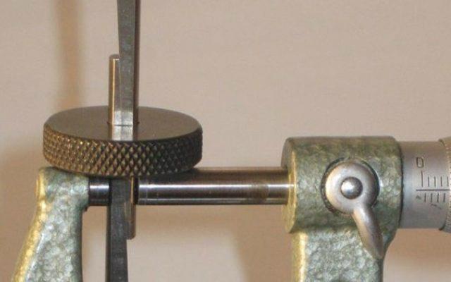 Medición indirecta del agujero de una pieza moleteada. Créditos: Wikimedia.