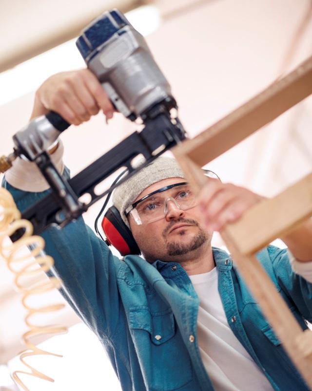 Seguridad en el uso de pistola clavadora - Posición de trabajo incorrecta